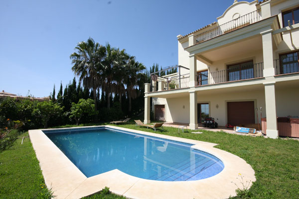 Holiday rental luxury villa with pool gardens and - Jacuzzi de lujo ...