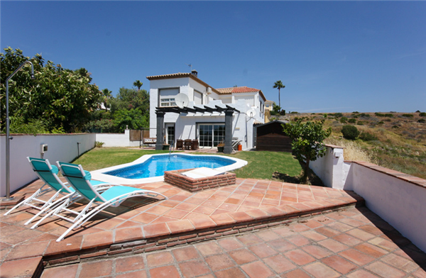 Well present Villa with Private Garden and Pool